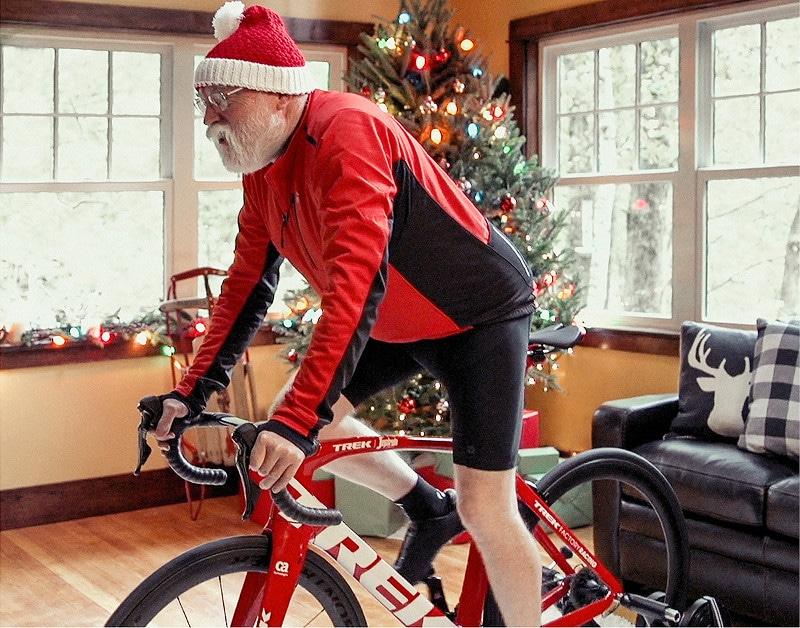Weihnachtsmann auf einem Trek Rennrad